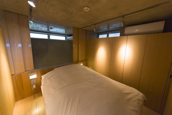 地下1階の寝室。地下は1年を通じて気温が安定しているため、いつも快眠。南北の壁は全てクローゼット。