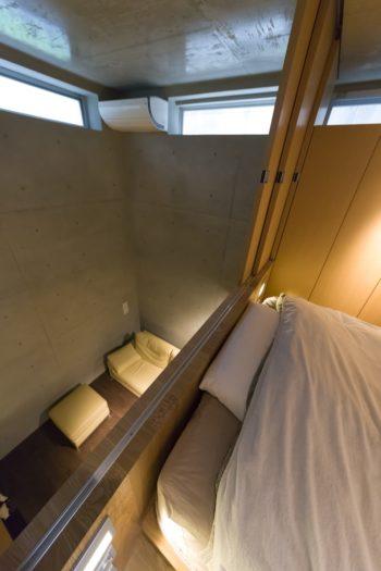 寝室の奥から地下2階を見下ろす。
