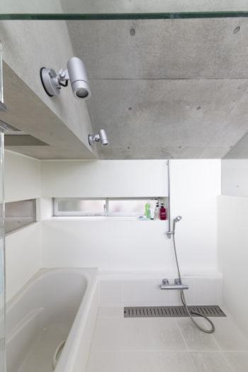 2階のバスルーム。ガラス貼りだが、近隣の視線を気にせず入浴でき、湯船につかって空を眺められる。