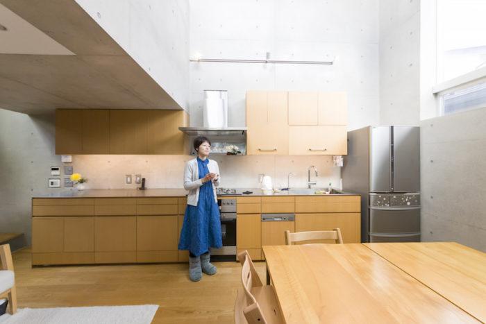 限られたスペースを最大限に活かすため、壁につけた造作キッチン。作業台ではご主人がピザ作りを披露することも。
