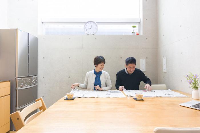 大型のテーブルは2人で新聞を広げても余裕の大きさ。自宅で仕事をすることも多い奥さまの作業スペースでもある。