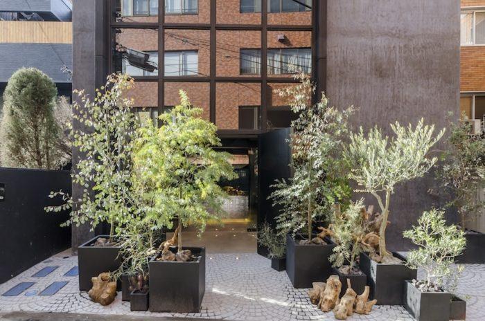 坂倉竹之助が手がけた4階建の建物をリノベーション。