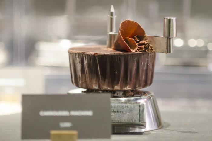 手でハンドルを回して、チョコレートをスライスできる「カルーセル」。