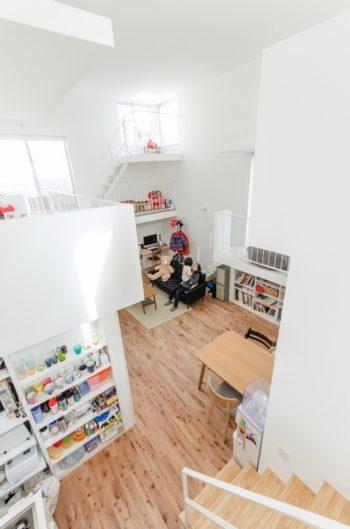 キッチン脇につくられた階段からは、ベッドのあるスペースへと上ることができる。