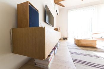 「下に空間のある軽やかなイメージの棚が欲しくて、作っていただきました」