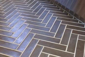 「家の床のどこかにヘリンボーンを使いたいと思っていました。そうだ、キッチンのタイルの床をヘリンボーンにしよう、と」
