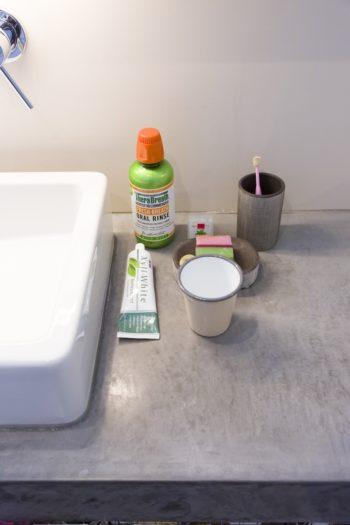 「洗面台には、モルタルのような見た目と防水性の高さが特徴のモールテックスという塗料を使ってもらいました。肌触りもよくてとても気に入っています」