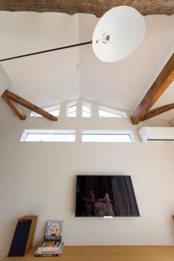 天井に近い窓の、教会のようなデザインが美しい。三角屋根ならではの形。