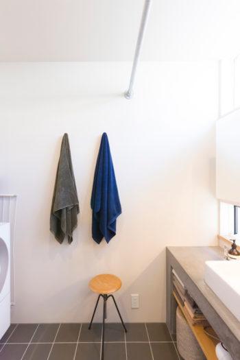 高い位置にも開けた窓から明るい光が差し込む洗面所。