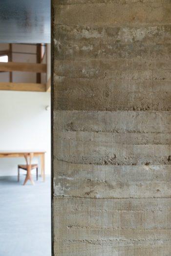 版築壁の表情。土の層がよくわかる。