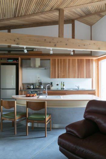 暖炉の正面にあるキッチン。何人かで料理をしても余裕の広さ。