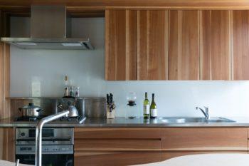 キッチンはシュリザクラを使ったオーダーメイド。