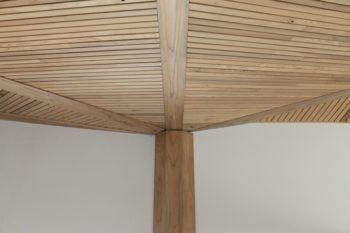 杉板張りの天井は、包まれるような落ち着きを感じさせる。