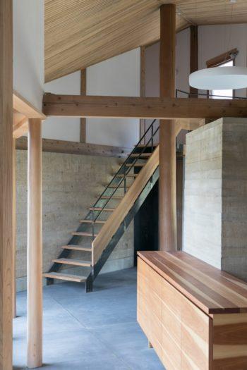階段の先はゲストルームになっている。階段はスチールと木を使った軽やかなデザイン。