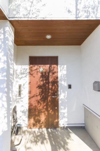 ドアや上裏に使用した木材があたたかな印象。