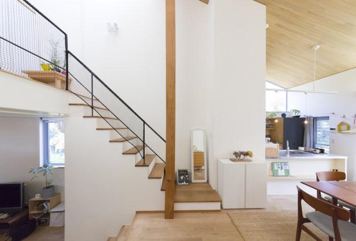 ゆったりとした明るいリビングダイニングのアクセントにもなっている欅の大黒柱。天井には伐採した白樫を使用。