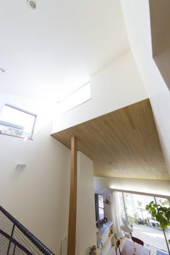 大黒柱はかみ合わせた屋根を支える役目も。上部の窓からは光や風がたっぷり入る。