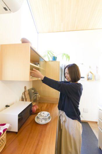 キッチンの作業台は欅の無垢材。伐採した中で最もきれいなものを採用した。