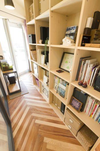 奥さまが住宅雑誌を見ていて「どこかに使いたかった」というヘリンボーンの床。職人技が光る、美しい継ぎ目に注目。