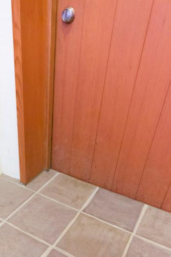 玄関の床には備前焼のタイルが敷き詰められている。「義父の持つ陶芸室で、夫の両親や私の両親を巻き込んで、みんなで焼いたものです」(奥さま)