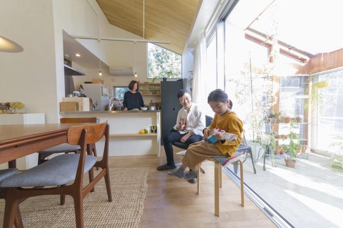 室内とコンサバトリーは大きな開口でつながり、一体感のある造り。たっぷりの陽射しが心地よい。