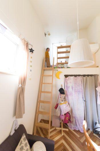 小1のお嬢さんの部屋。ロフトの奥にテラスがある。