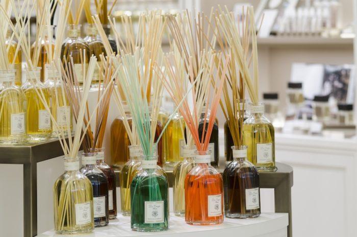 放射状に広がるスティックは香りの拡散力が高い。1日に一度、スティックを上下を入れ替えるとさらに香りが広がる。たくさんのディフューザーがディスプレイされているが、天然の香料を使っているため、香りが喧嘩せず、調和している。