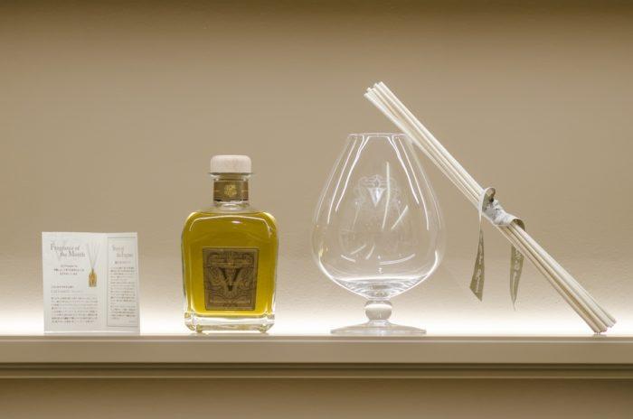 """""""りんごのお酒""""としておなじみのカルバドスもルームフレグランスに。ウィスキーボトルのような本体からバロングラスに移し替えて香りを楽しむ。"""
