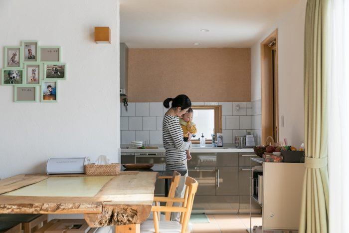玄関からダイニング、キッチンを見る。キッチンはセミクローズドになっており、家族の気配を感じつつ料理ができる。