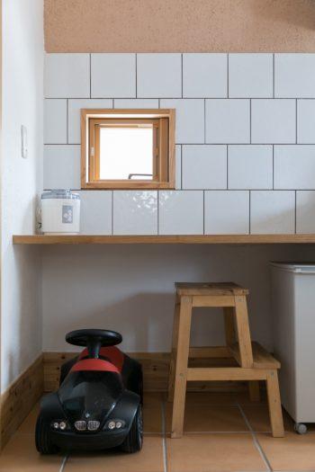 キッチンの一角にはデスクが造りつけてある。踏み台は子どものお手伝い用。