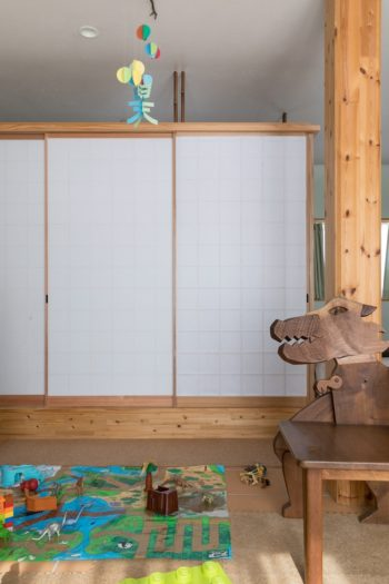 ダイニングに隣接する和室は、障子を閉めると客間として使うこともできる。障子の上部を開けることで、空間がゆるやかにつながる。