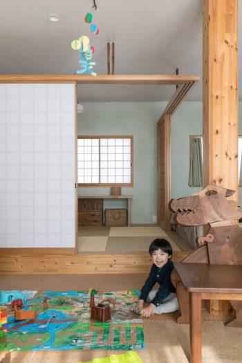 障子を開けたころ。和室の壁はモスグリーン。框が一段高くなっており、腰掛けることもできる。右手の恐竜の椅子は友人の木工作家の作品。