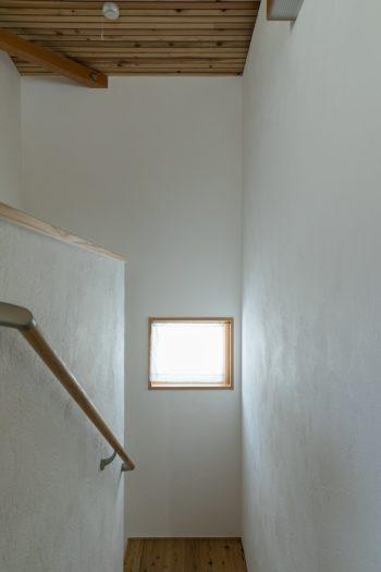漆喰仕上げの質感が美しい階段室。天井や床は杉材。