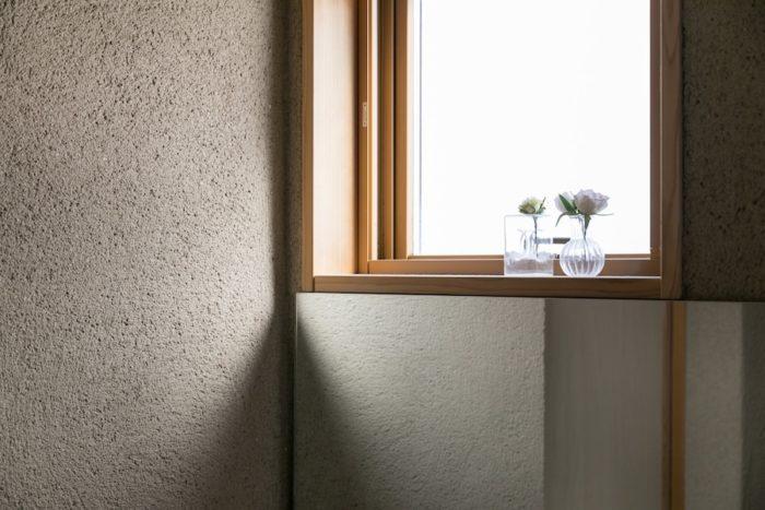バスルームの壁も、濡れても大丈夫なモルタル石灰の掻き落とし仕上げ。
