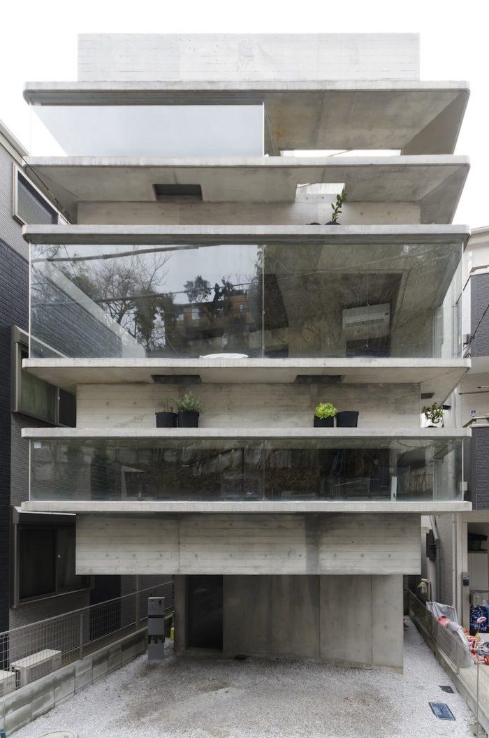 出窓が外観デザインを特徴づけている藤井邸。3階の出窓の下部には緑が置かれている。