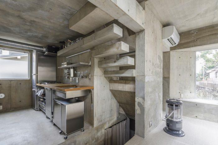 構造的な意味のある補修のみで、他は打設したままで手を加えていない。階段がそのまま延びてキッチンの棚になっている。