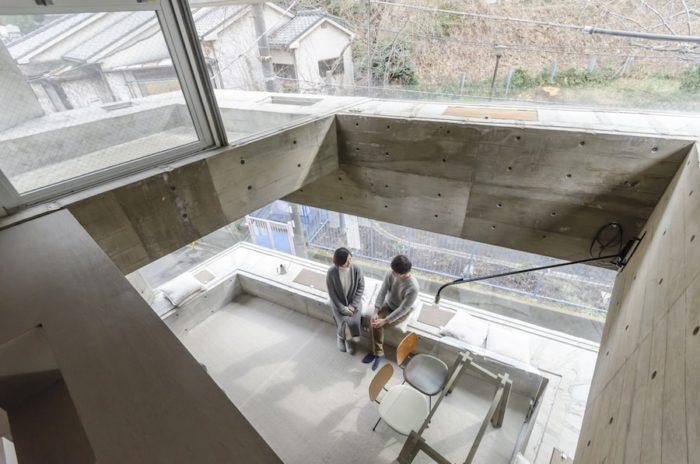 寝室前のスペースから見下ろす。3階のリビングダイニングの南側部分は3面がガラスの開口になっている。吹き抜け部分の高さは4.5m。