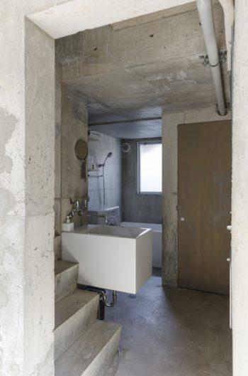 2階の奥に浴室とトイレ、どちらもサイズを抑えに抑えた。
