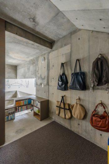 寝室の壁にはピーコンの穴を利用して夫妻のバッグがかけられている。