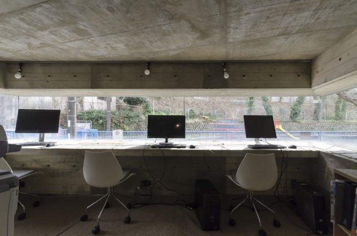 2階の事務所スペースも3面が連続したガラス窓になっている。