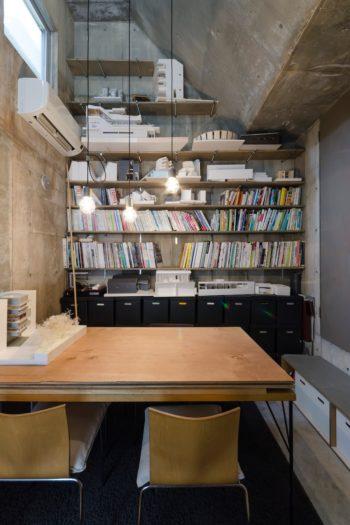 打ち合わせスペースの上部の斜めの部分には、本や配管などを収めたスペースになっている。