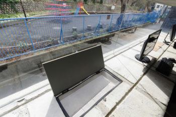 テーブルとして使用されている出窓部分をこのように開けて外気を採り入れることが可能。