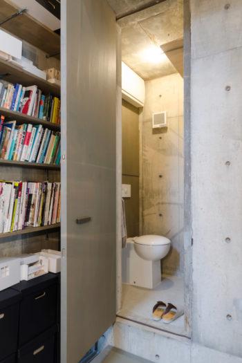 1階打ち合わせスペースのトイレは、スペースだけでなくトイレ自体も極小サイズ。