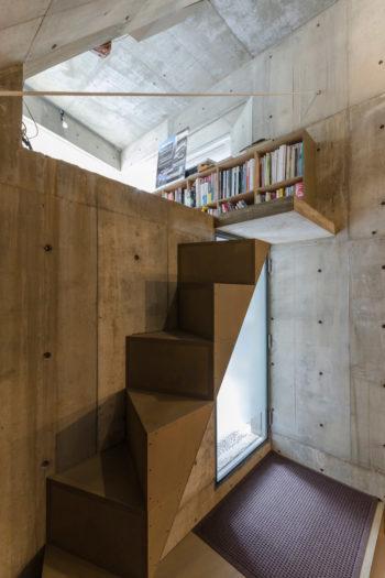コンパクトなスペースでの階段のデザインには苦労したという。これは踏み面を三角形にして面積を増やし歩きやすくしている。