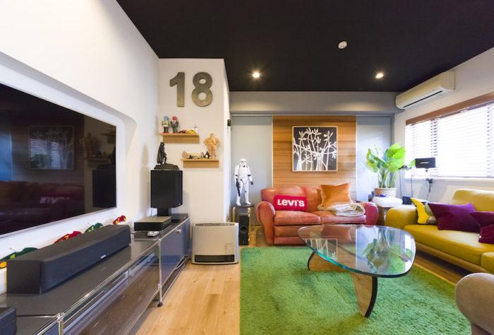 アクセントクロス、ソファ、ラグなどの色使いが楽しいリビング。壁付のテレビの下のテレビボードはUSMハラーのもの。