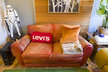 「一番座り心地がいい」という革張りのソファは、使い込んだ風合いが格好良い。