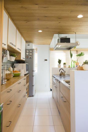 キッチンの床はタイル貼りに。デザイン性と利便性を兼ね備えている。