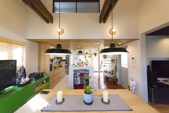 吹き抜けの窓は、寝室につながる。オーダーメイドのアイランドキッチンは、側面に真木さんが使っていたシェルフをビルトインするなど、細かな工夫が盛り込まれている。