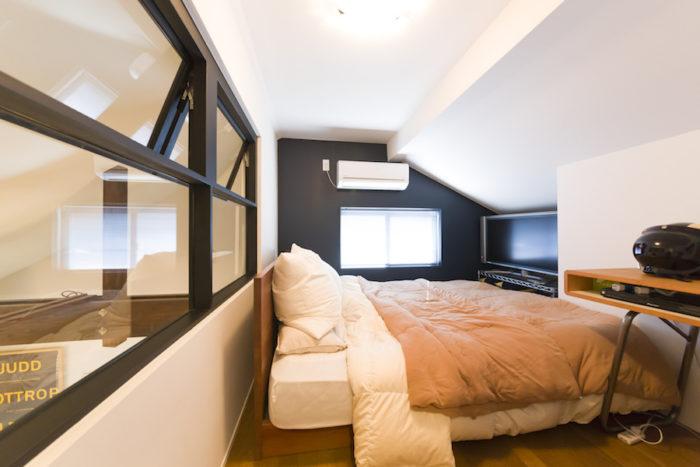ロフトの主寝室。屋根の形状を生かした勾配天井が落ち着く。