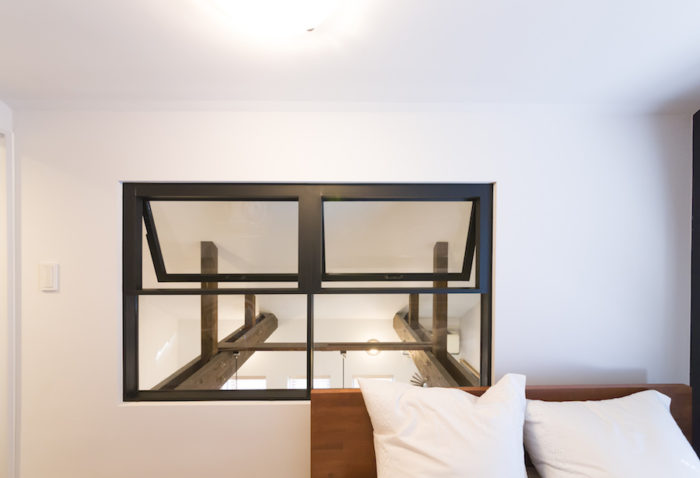 2階のダイニングとつながる窓は、空気の循環や採光に役立つ。ダイナミックな梁が見えるのもおもしろい。